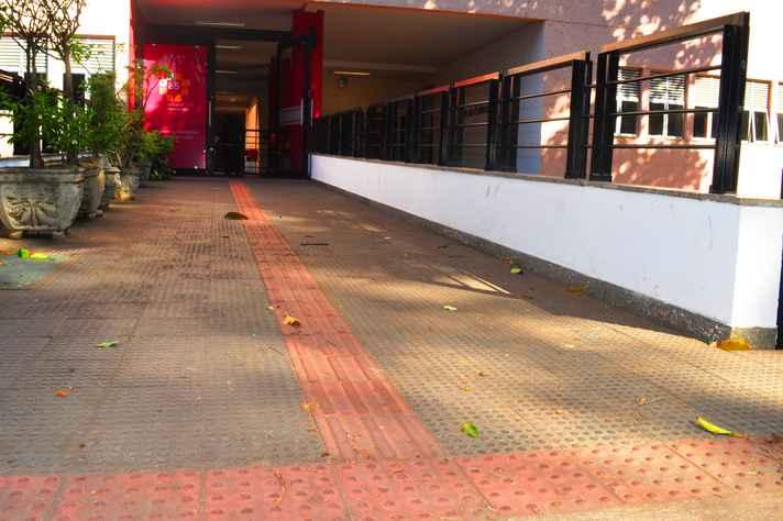Piso tátil na entrada do prédio da Escola de Enfermagem da UFMG, no campus Saúde