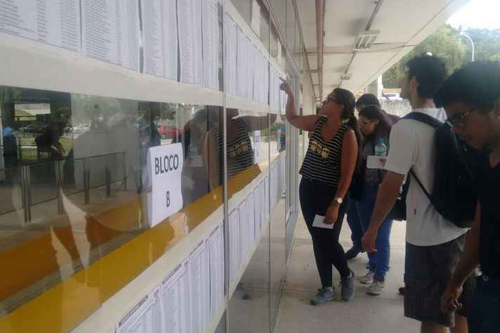 Candidatos conferem local de prova no Centro de Atividades Didáticas (CAD) 1, no campus Pampulha