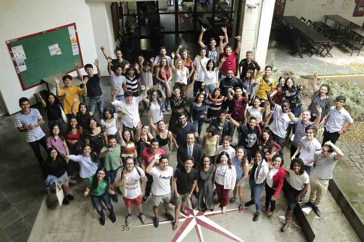 Calouros estrangeiros com pró-reitores, na abertura da Semana de Orientação do Estudante Internacional da UFMG