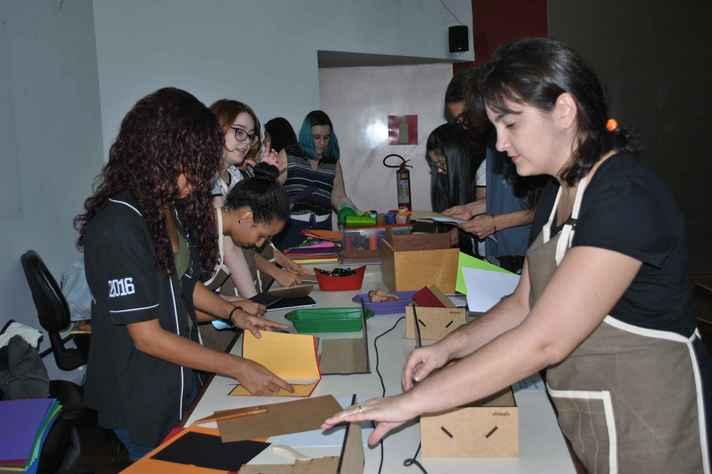 Estudantes em atividade no Laboratório de Edição, da Faculdade de Letras, um dos beneficiados com recursos do programa