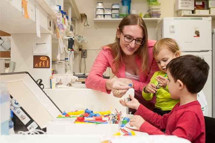 A coordenadora do projeto Parent in Science, Fernanda Staniascuaski, com os filhos