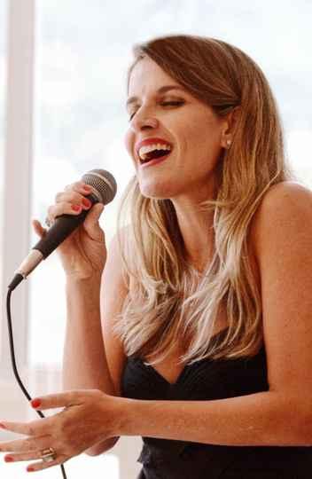 Autora de 'Um canta que é escuta', Letícia Carvalho é professora e doutoranda da UNIRIO, além de cantora e professora de voz e canto