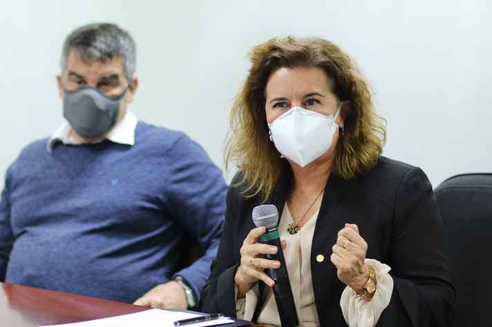 O vice-governador Paulo Brant e a reitora Sandra Goulart Almeida durante a assinatura do memorando: