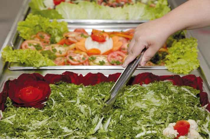 Salada de acelga (em primeiro plano), um dos itens fornecidos por agricultores locais
