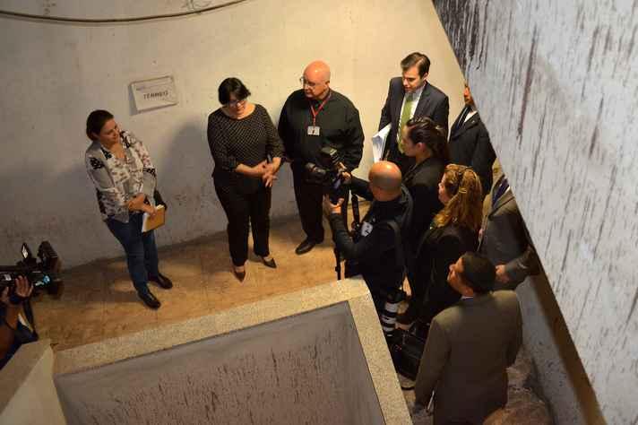 Acompanhda da reitora da UFMG e de engenheiros da Universidade, ministra Damares visita obras do prédio do Memorial da Anistia