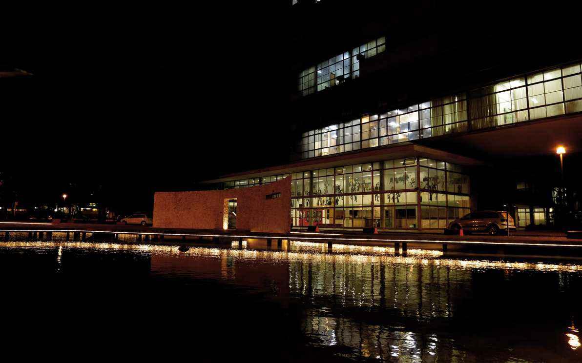 Iluminação noturna no espelho d´água e do prédio da Reitoria, onde a apuração será realizada