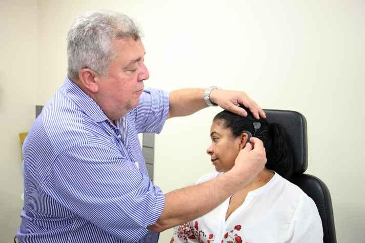 Celso Backer e a paciente Adriana Martins, que recebeu um implante coclear: qualidade de vida recuperada