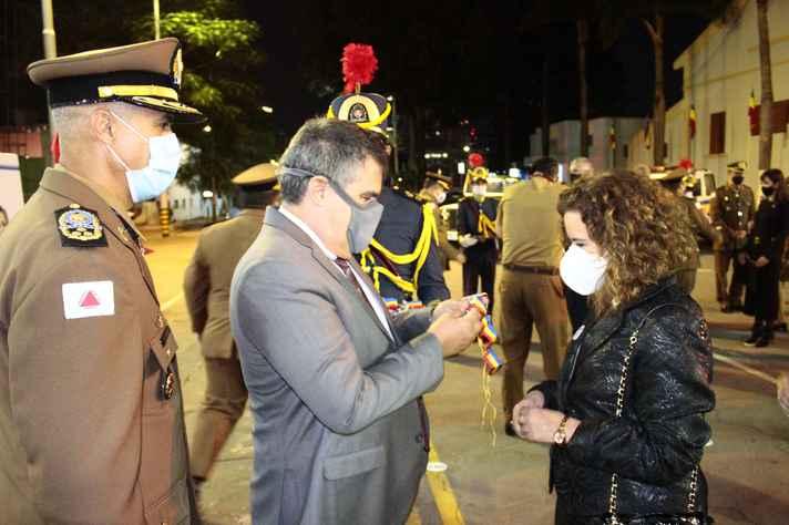 Sandra Goulart recebeu a medalha das mãos do vice-governador Paulo Brant; à esquerda, o comandante geral da PM em Minas, coronel Rodrigo