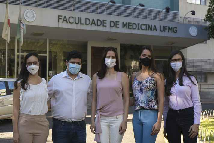 Da esquerda para direita: a médica Maíra Viana, o enfermeiro Rafael Carvalho, as professoras Milena Marcolino (coordenadora geral) e Magda Pires (coordenadora da análise estatística) e a doutoranda Luana Monteiro (coordenadora administrativa)