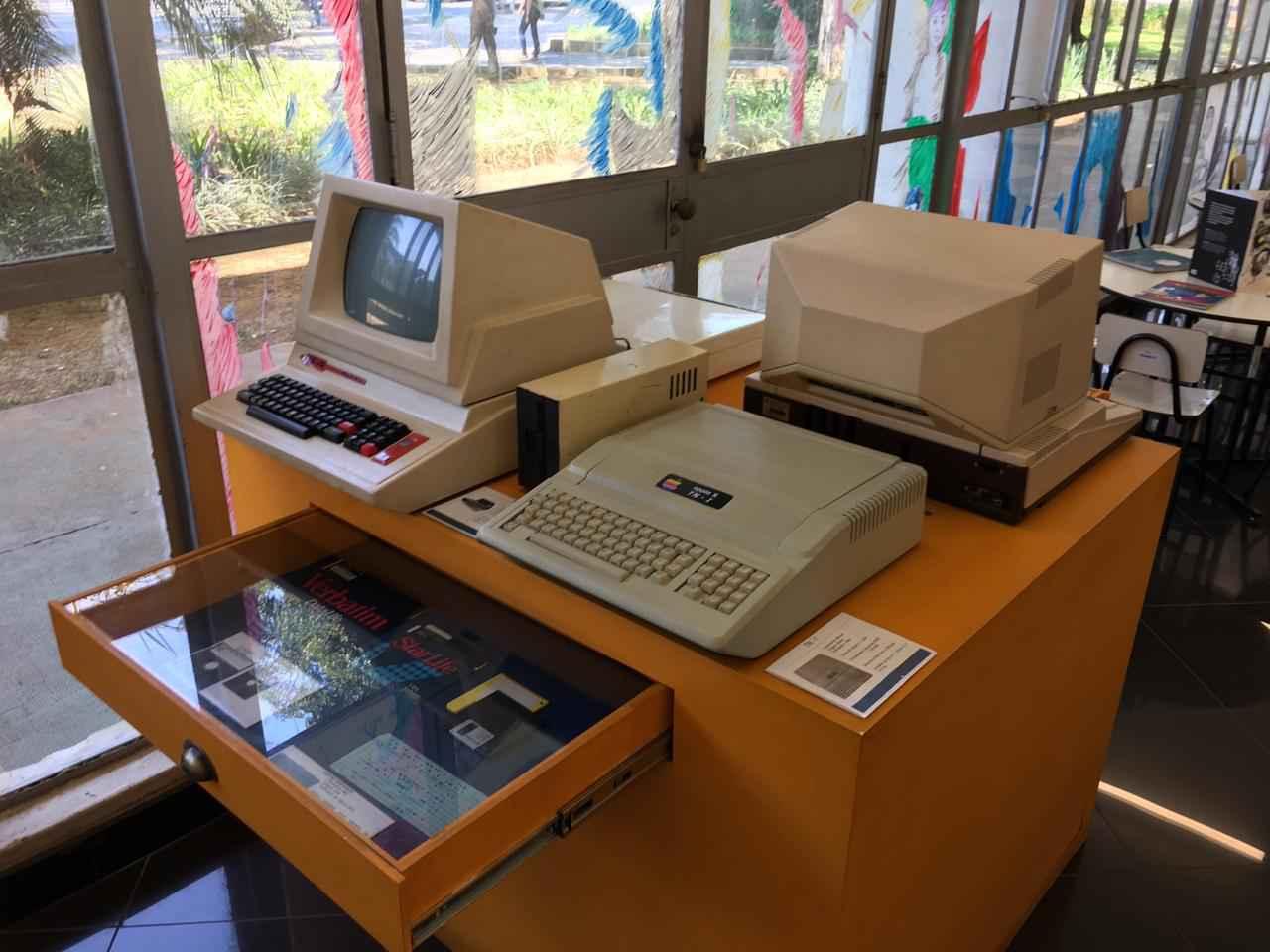 Computadores, videogames e disquetes antigos estão em exposição na Biblioteca Pública