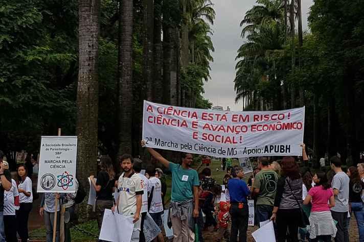 Marcha pela Ciência reuniu professores, bolsistas de pós-graduação e até estudantes do ensino médio na Praça da Liberdade