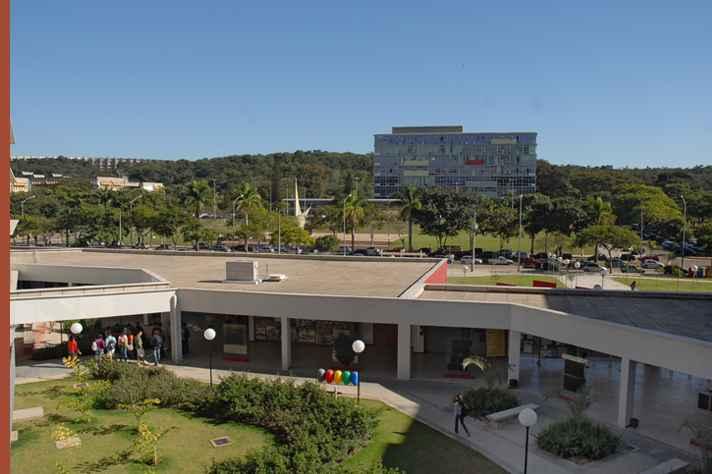 Reitoria da UFMG, fotografada da Faculdade de Ciências Econômicas