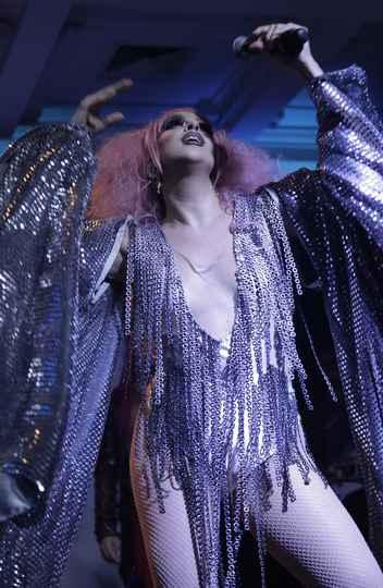 Artista Bella La Pierre se alternou entre mestre de cerimônias e cantora