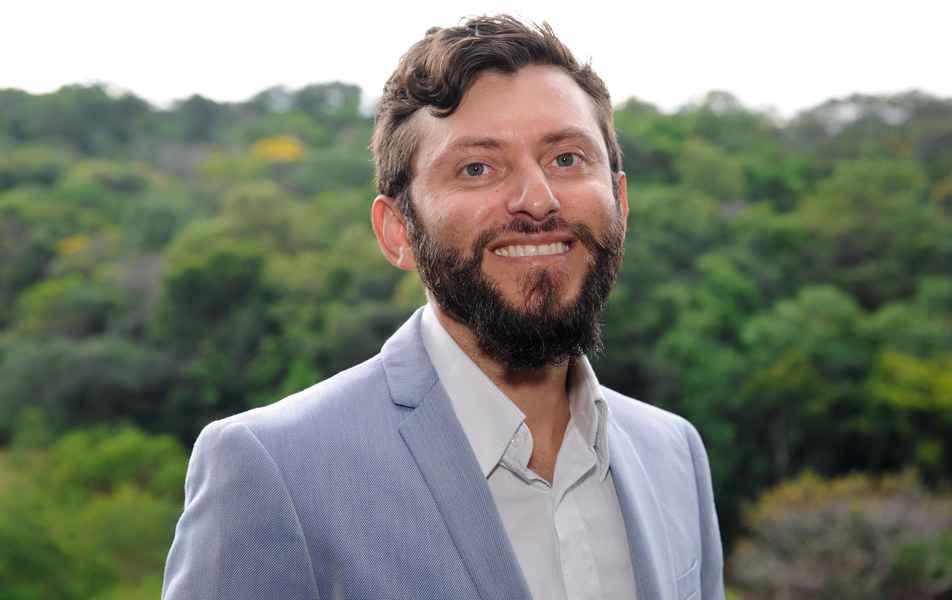 """<p>Diretor de Ação Cultural<br><a href=""""http://somos.ufmg.br/professor/rodrigo-vivas-andrade"""" target=""""_blank"""">Rodrigo Vivas</a>, professor da Escola de Belas Artes</p>"""