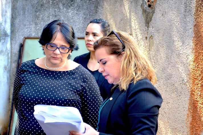 Reitora Sandra Goulart Almeida entrega relatório com a prestação de contas e os detalhes técnicos da obra do Memorial da Anistia para a ministra Damares Alves