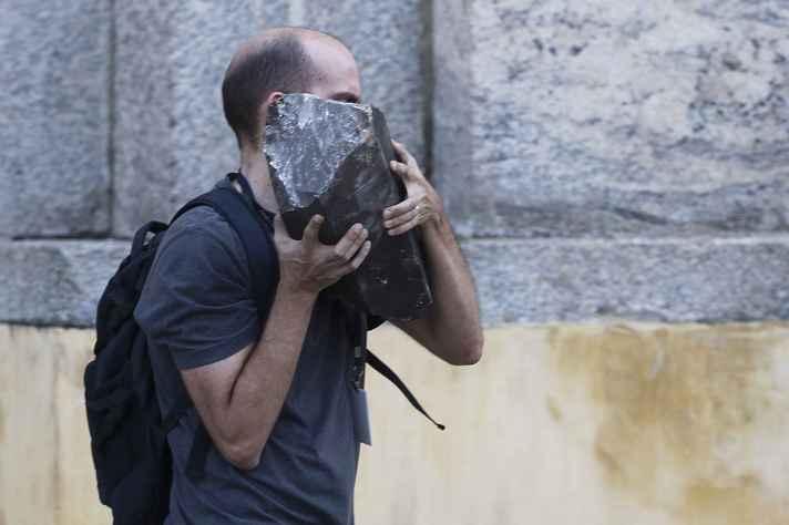 Pesquisador retira peça dos escombros do Museu Nacional após incêndio que destruiu cerca de 90% de seu acervo