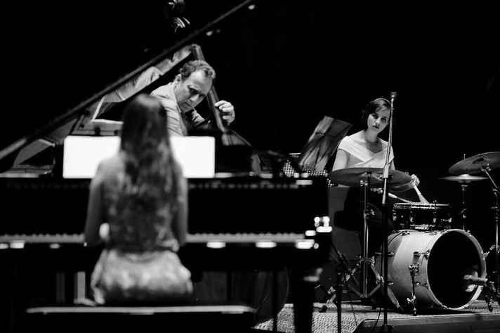 O Trio Mitre é formado por Luísa (piano), Kiko (baixo) e Natália (bateria).
