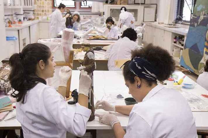 Pesquisadoras em laboratório do Cecor, na Escola de Belas-Artes: mulheres são maioria na UFMG, mas ainda estão sub-representadas em várias áreas