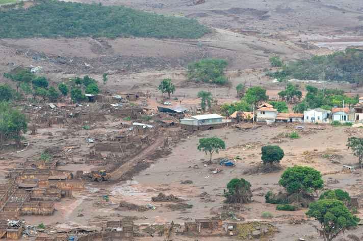 Área afetada pelo rompimento de barragem no distrito de Bento Rodrigues, zona rural de Mariana