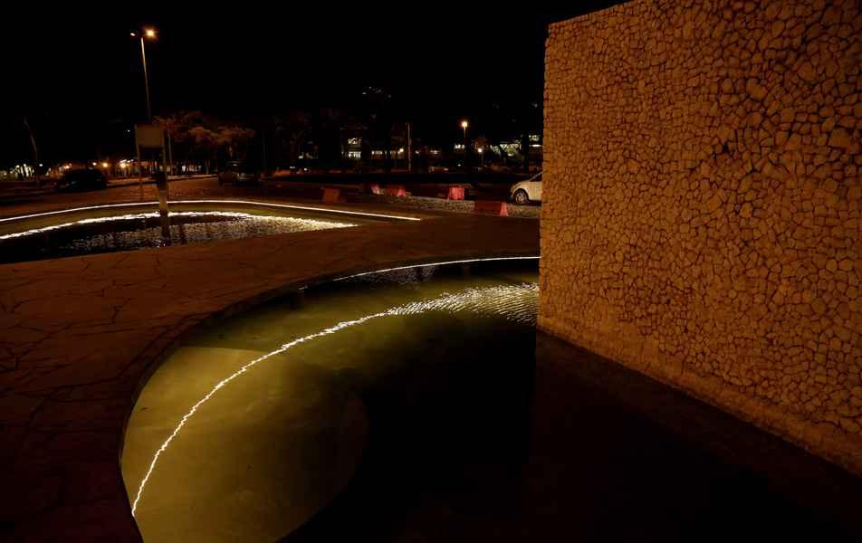 Após reforma, espelho d'água da Reitoria ganha luzes