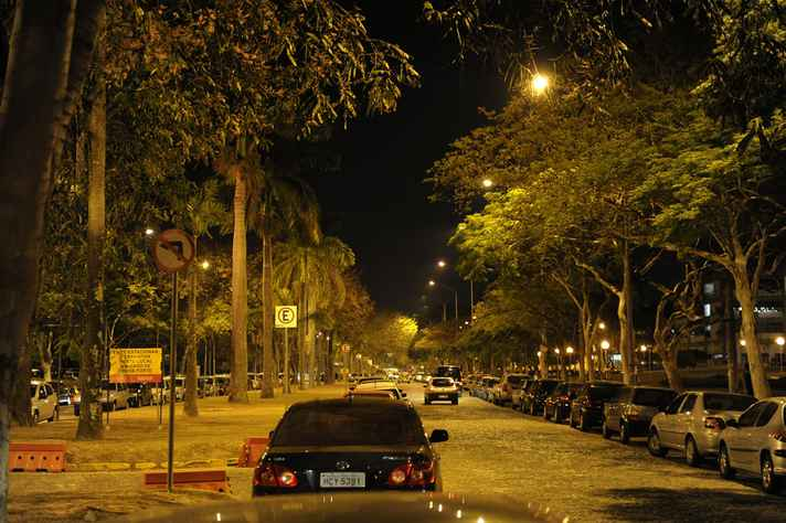 Avenida central do campus Pampulha, que reúne maior parte das unidades acadêmicas da UFMG