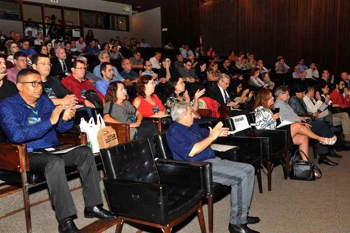 Gestores e técnicos das universidades reunidos no auditório da Reitoria