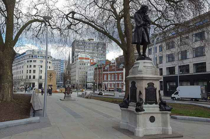 Estátua do traficante de escravos Edward Colston ficava em praça na cidade inglesa de Bristol