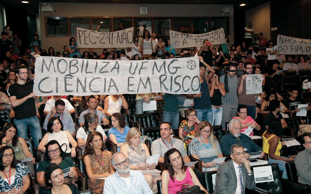 Protesto contra a PEC 241 em evento da Semana do Conhecimento: conquistas ameaçadas