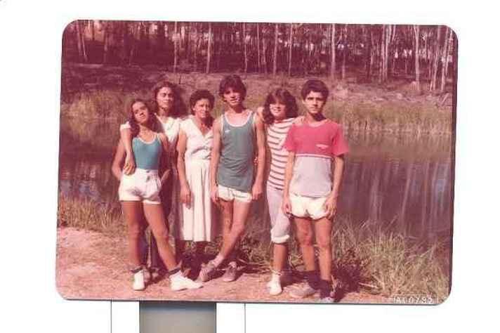 Clair Benfica (na parte central da foto), aos xxx anos, com a mãe e os irmãos, em 1982, na fazenda que deu origem ao Parque Lagoa do Nado, em BH. Nessa época, ele e a família lutaram para que a área virasse um parque,