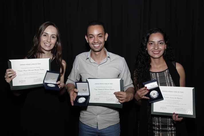 Os premiados Renata Moraes Furlan,Tiago Antônio Mendes e Isabela Saraiva de Queiroz