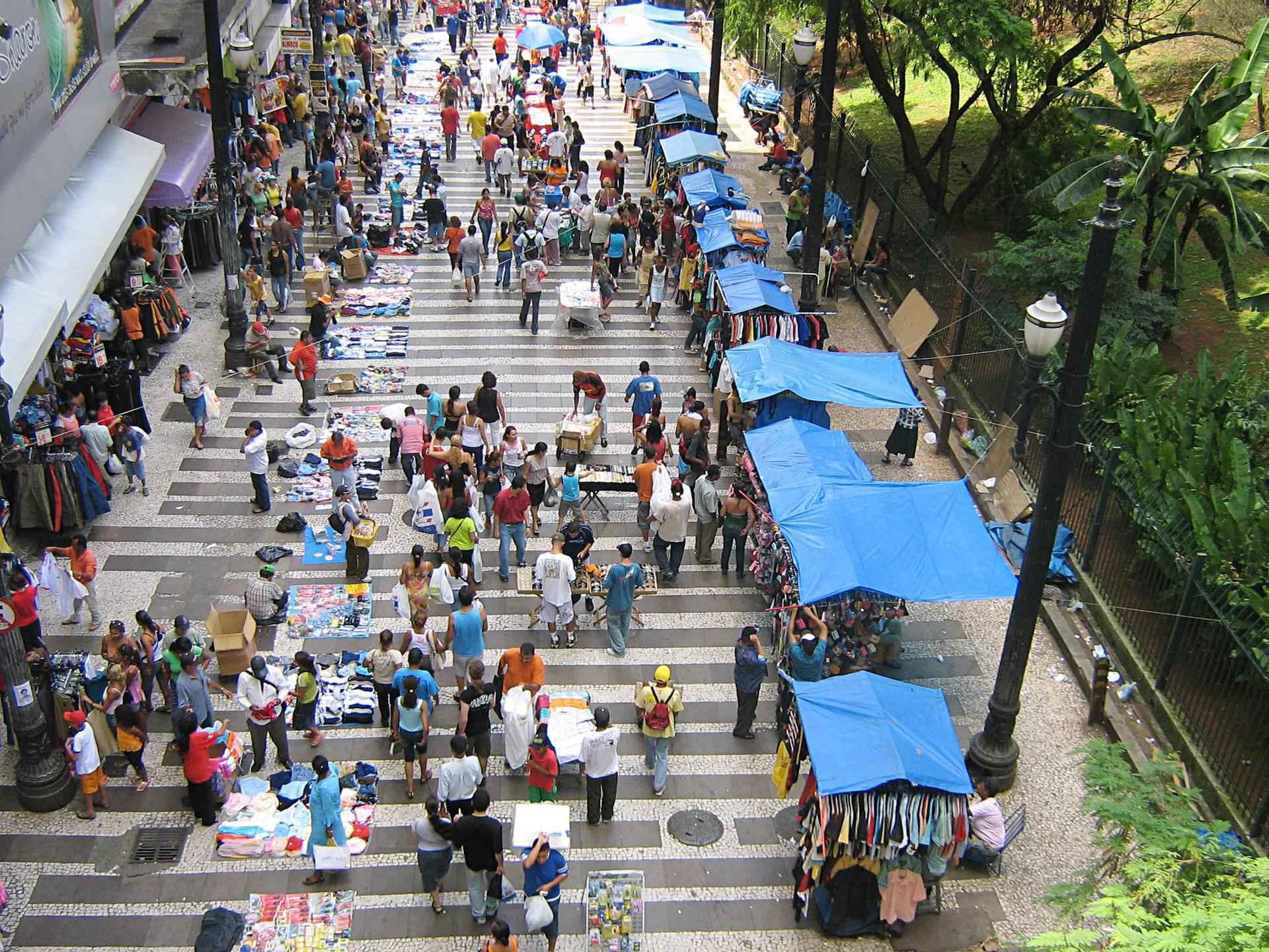 Mercado de rua: trabalho informal se incorpora ao processo global de produção e circulação de riquezas