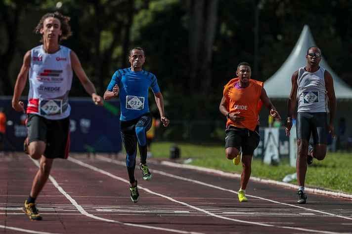 Alan Claudino,1º à direita, um dos atletas paralímpicos do CTE contemplados