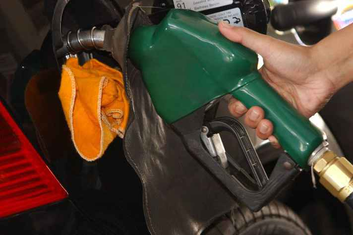 A gasolina é influenciada pela alta do dólar porque a Petrobrás calcula os valores do combustível de acordo com a cotação internacional do barril de petróleo