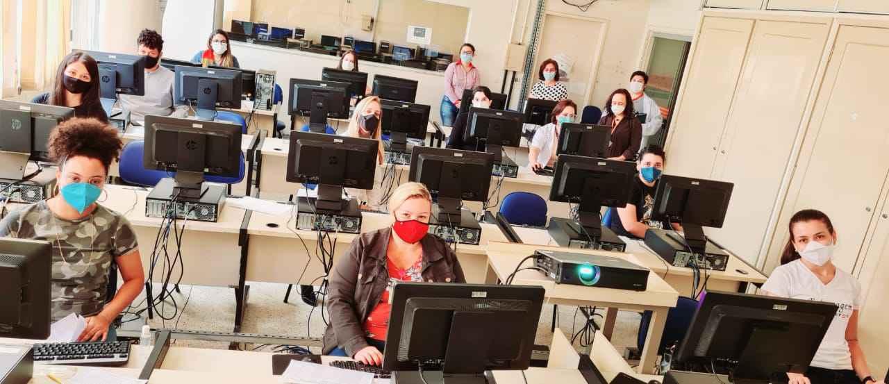 Estudantes da Escola de Enfermagem participam de treinamento para atuação no polo de vacinação contra a covid-19 montado na Unidade: onze cursos da área de saúde retomaram atividades presenciais