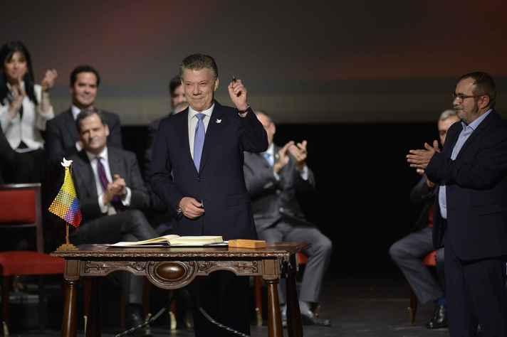 Presidente da Colômbia, Juan Manuel Santos, assina acordo com as Farc