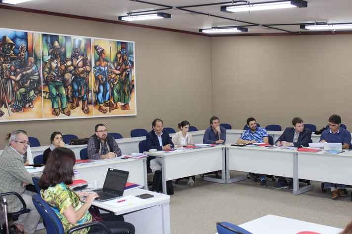 Representantes reunidos na Sala de Sessões da Reitoria: direitos humanos como tema consensual