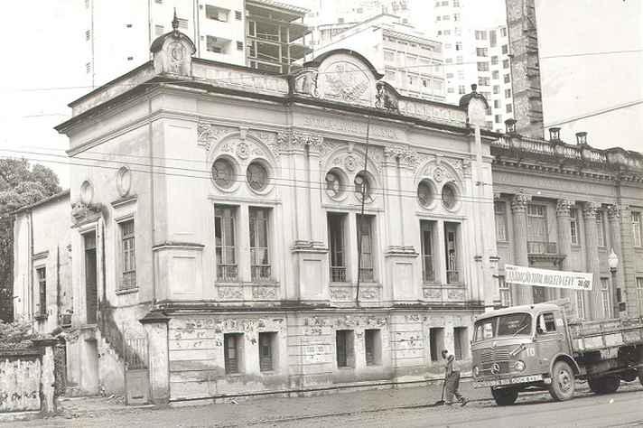 Prédio da Escola Livre de Música, hoje demolido e, ao seu lado direito, o Conservatório.