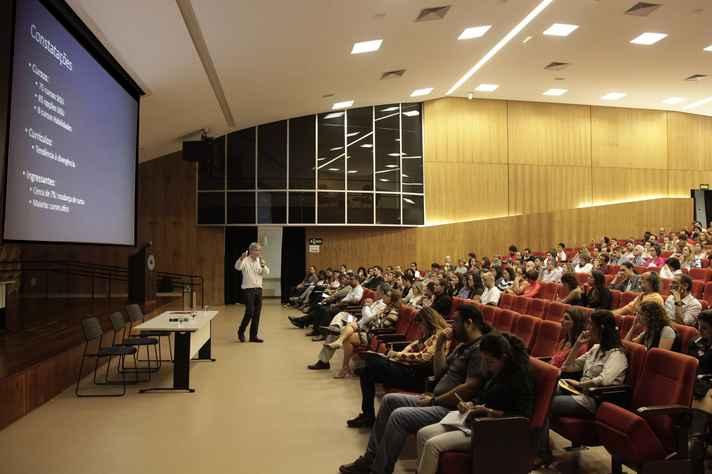 O pró-reitor de Graduação, Ricardo Takahashi, apresentou detalhes da proposta