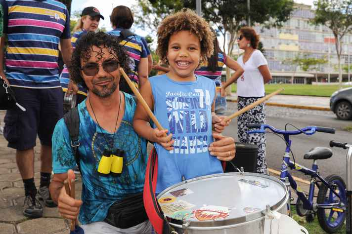 Arthur, 4 anos, participou  da intervenção musical com o pai, Lindomar de Lima