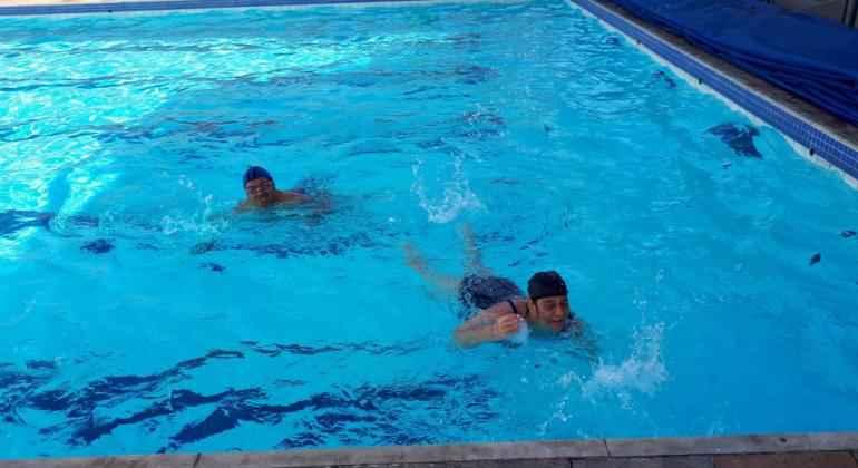 Aula de natação sendo realizada no Programa Superar