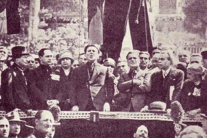 Político fascista italiano Edmondo Rossoni anuncia em Roma, na Itália, a promulgação da Carta del Lavoro