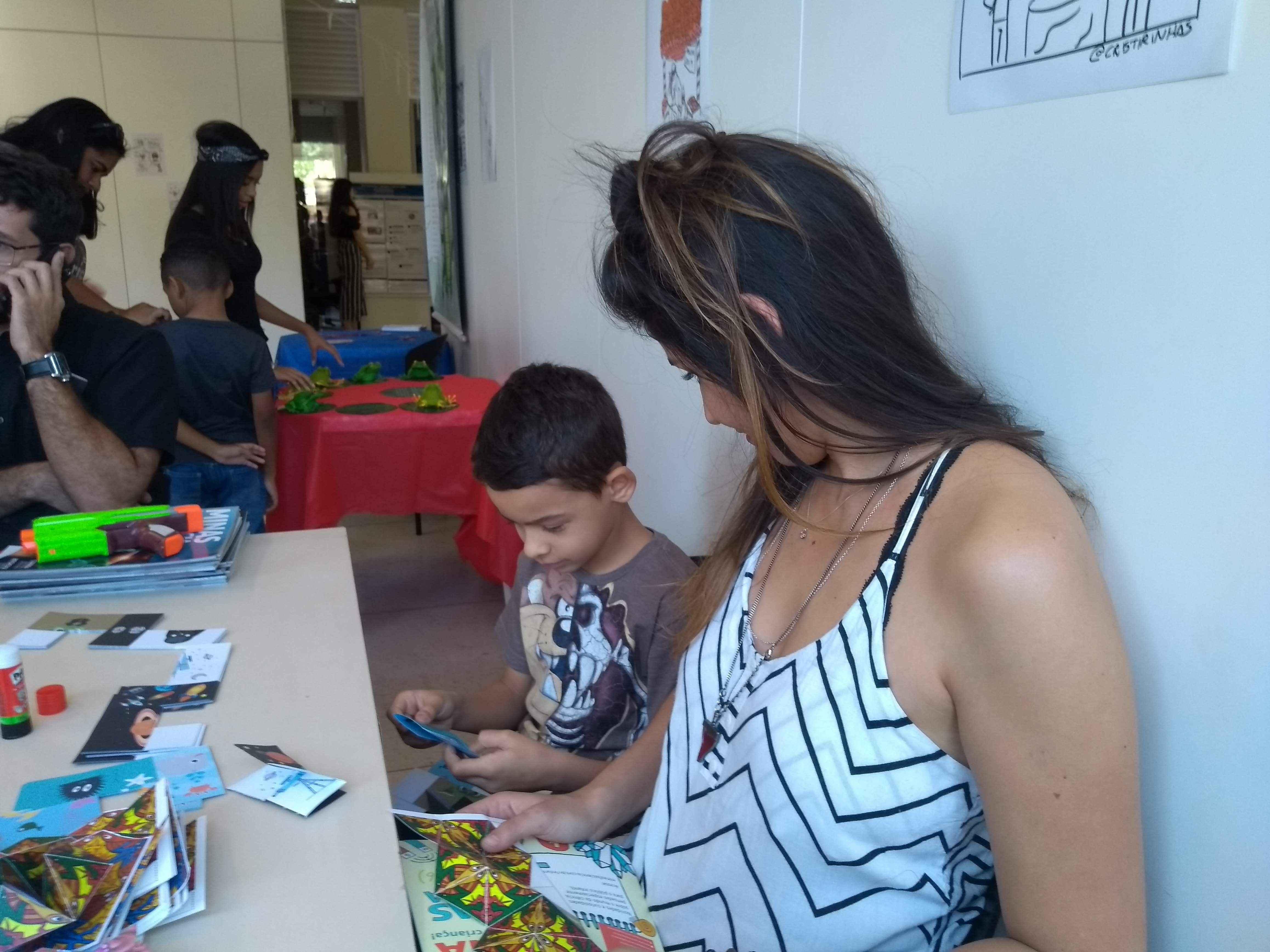 A professora Laura Paola se diverte com o sobrinho Cauã no espaço do Museu da Matemática