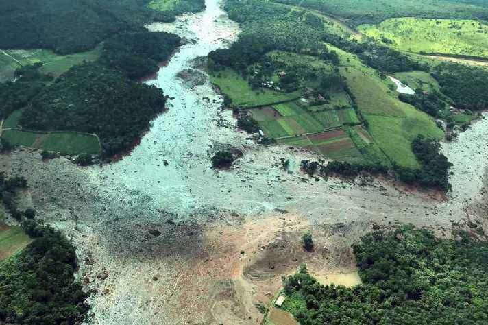 Vista aérea de região atingida pelo rompimento da barragem:
