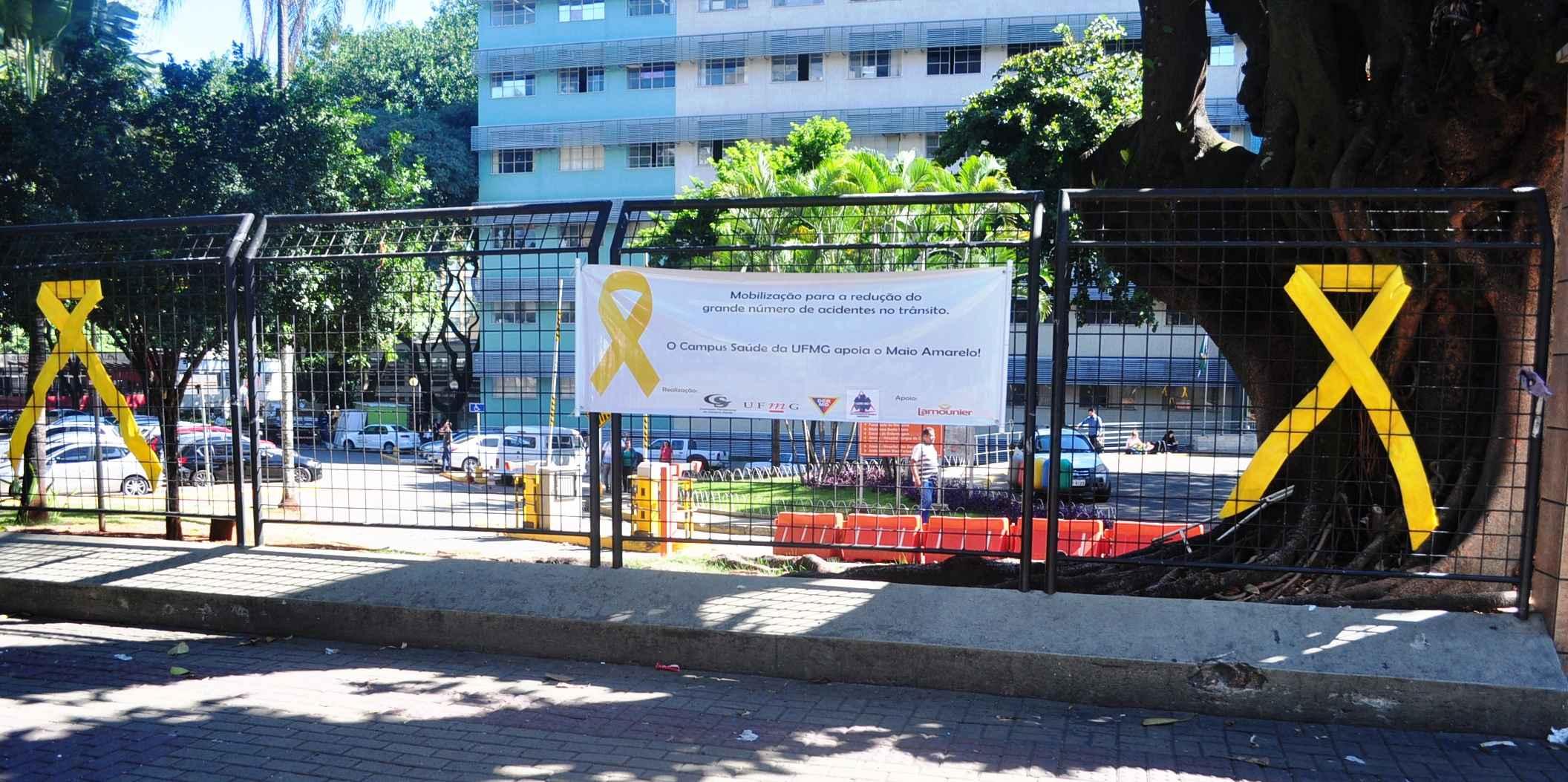 Laços amarelos instalados nos gradis do campus Saúde