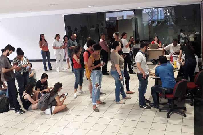 Comunidade acadêmica em fila para vacinação na Escola de Engenharia