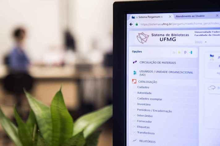 Tela de computador aberta na página do Sistema de Bibliotecas: atividades remotas estão mantidas