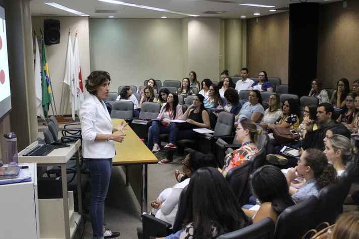 A professora Elysângela Dittz Duarte com turma da pós-graduação em Enfermagem