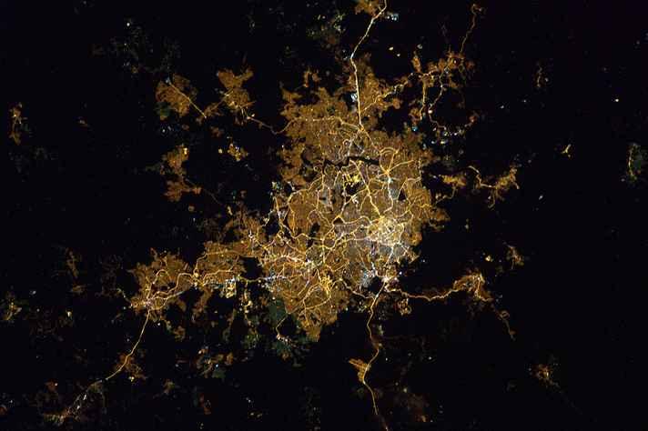 Belo Horizonte à noite vista da Estação Espacial Internacional