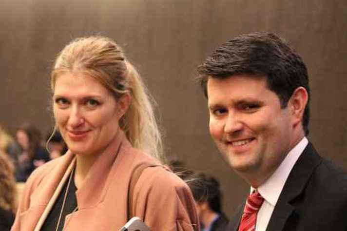 Beatrice Fihn, diretora-executiva da ICAN, e brasileiro Cristian Wittmann, do Conselho Gestor da ICAN
