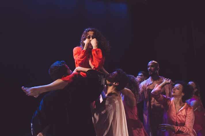 A montagem é formada por 16 artistas que criaram uma coreografia que tem como base os diferentes manifestos artísticos que podem surgir a partir de uma visão universal do feminino